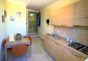 A kitchen or kitchenette at Posidonia Residence