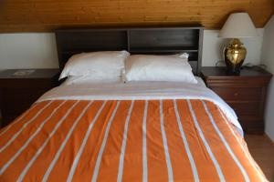 A bed or beds in a room at Mountain View Rooms