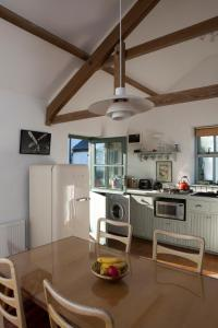 A kitchen or kitchenette at Charming old stables studio cottage