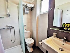 A bathroom at Marel Apartments