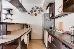 A kitchen or kitchenette at Home Like on Govorova 32