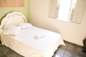 A bed or beds in a room at Casa confortável em Guaratinguetá