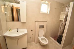 Kupaonica u objektu Apartmani Lukic