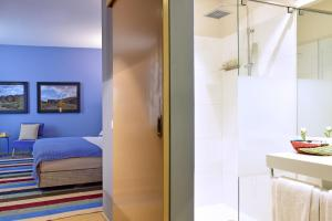 A bathroom at The Editory House Ribeira Porto Hotel