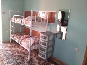Двухъярусная кровать или двухъярусные кровати в номере Tatiana Guesthouse