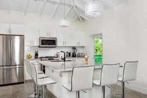 A kitchen or kitchenette at The Oasis at Grace Bay