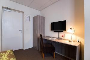 Een TV en/of entertainmentcenter bij Hotel Old Dutch Bergen op Zoom