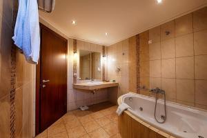 Ένα μπάνιο στο Hotel Nostos