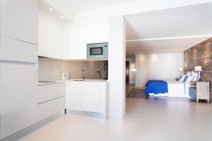 Cuisine ou kitchenette dans l'établissement Rooms & Suites Loft 2H Deluxe Edition Arrecife