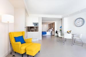 Coin salon dans l'établissement Rooms & Suites Loft 2H Deluxe Edition Arrecife