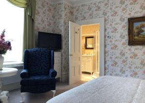 A television and/or entertainment center at Balmoral House Bed & Breakfast