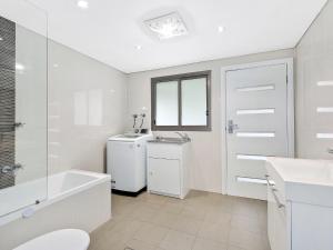 A bathroom at Oakland Cottage