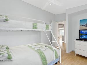 A bunk bed or bunk beds in a room at Oakland Cottage