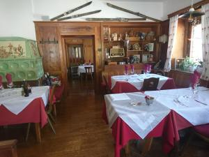 A restaurant or other place to eat at Gasthof Neunhaeusern (Nove Case)