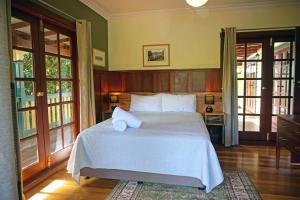 A bed or beds in a room at Bridgefield Guest House