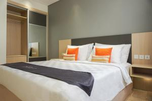 A bed or beds in a room at Midtown Residence Simatupang Jakarta