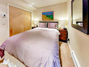 A bed or beds in a room at 322 Park Avenue Duplex Duplex