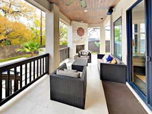 A balcony or terrace at Inglewood House