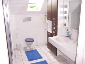 A bathroom at Gaestehaus Kiekmolrin