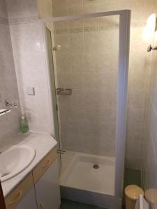 Een badkamer bij La Maison Jaune