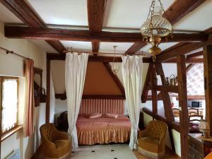 Een stapelbed of stapelbedden in een kamer bij La Maison Jaune
