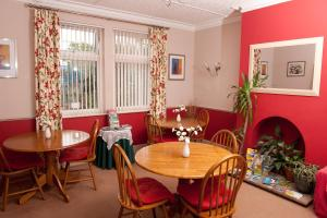 A restaurant or other place to eat at Holbrook Bed and Breakfast