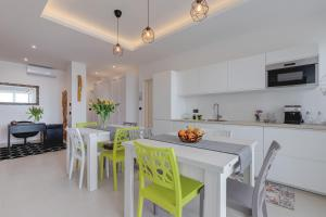 A kitchen or kitchenette at B&B Rocamatura - Adults only