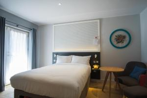 A bed or beds in a room at Lodge at Solent