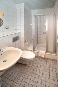 A bathroom at Hostel 1A Zimmer frei