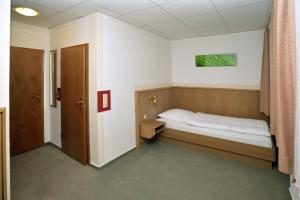 A bed or beds in a room at Hostel 1A Zimmer frei