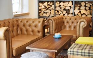A seating area at Lodge at Solent