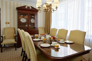 A restaurant or other place to eat at Cheval Thorney Court at Hyde Park
