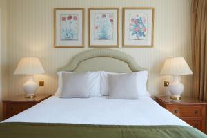 A bed or beds in a room at Cheval Thorney Court at Hyde Park