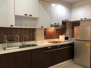 A kitchen or kitchenette at 14 Place Sukhumvit Suites