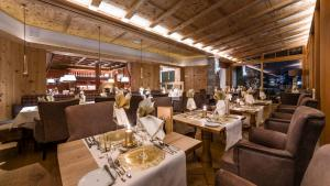 A restaurant or other place to eat at Naturhotel Lüsnerhof