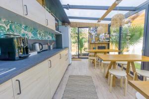 A kitchen or kitchenette at Wood'n Sea Surf Lodge - Auberge De Jeunesse