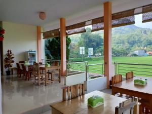 A restaurant or other place to eat at Rosalina Homestay