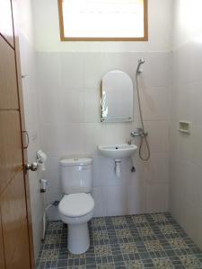 A bathroom at Rosalina Homestay