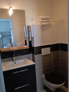 A bathroom at Hôtel Trianon
