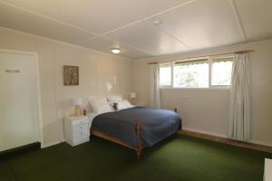 A bed or beds in a room at Sunny Corner Lake Eildon
