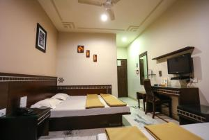 A bed or beds in a room at Smyle Inn - 3 minutes walk From New Delhi Railway Station