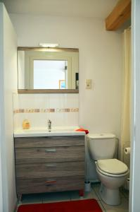 A bathroom at Près du Bois