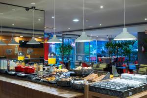 Um restaurante ou outro lugar para comer em ibis Sao Jose