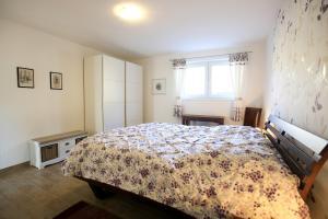 Ein Bett oder Betten in einem Zimmer der Unterkunft Hainhof Gästewohnungen