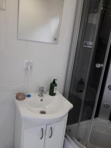 Łazienka w obiekcie Dobranocka - pokoje i całoroczne domki blisko Energylandii