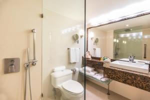 A bathroom at Hilton Cartagena