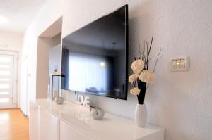 A television and/or entertainment centre at Apartments La Luna
