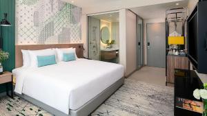 A bed or beds in a room at Avani Sukhumvit Bangkok