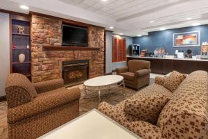 The lounge or bar area at Wingate by Wyndham Erie