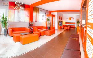 The lobby or reception area at Orange Hotel und Apartments